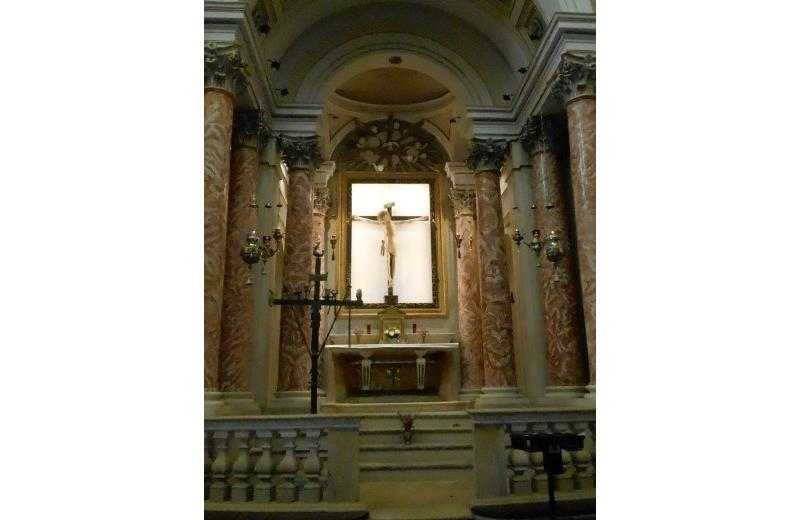 Cappella ornata da colonne di stile corinzio dedicata al Crocifisso nella chiesa della Maddalena a Senigallia