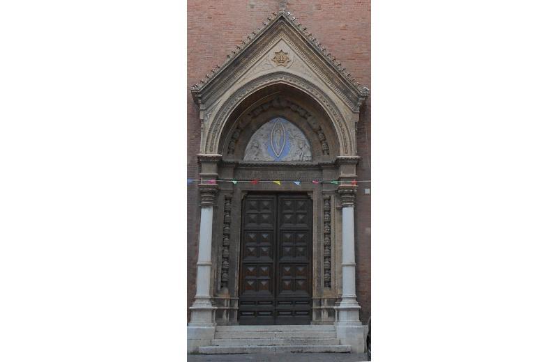 Chiesa dell'Immacolata a Senigallia, il portale