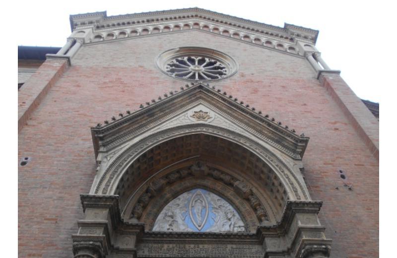 Chiesa dell'immacolata a Senigallia, il grande rosone traforato, la cuspide fiorita, le maioliche con figurazioni simboliche