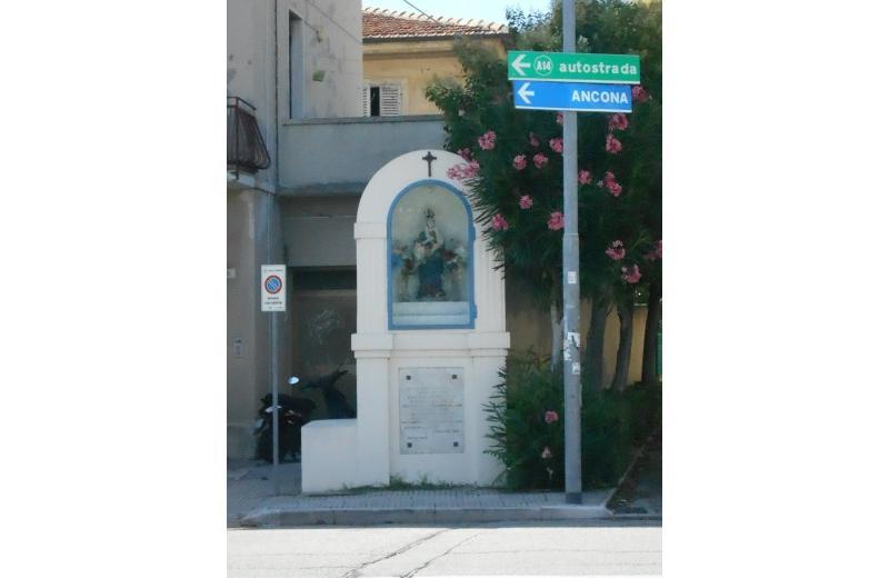 Edicola a memoria della Chiesa della Pace in via Monte Grappa a Senigallia