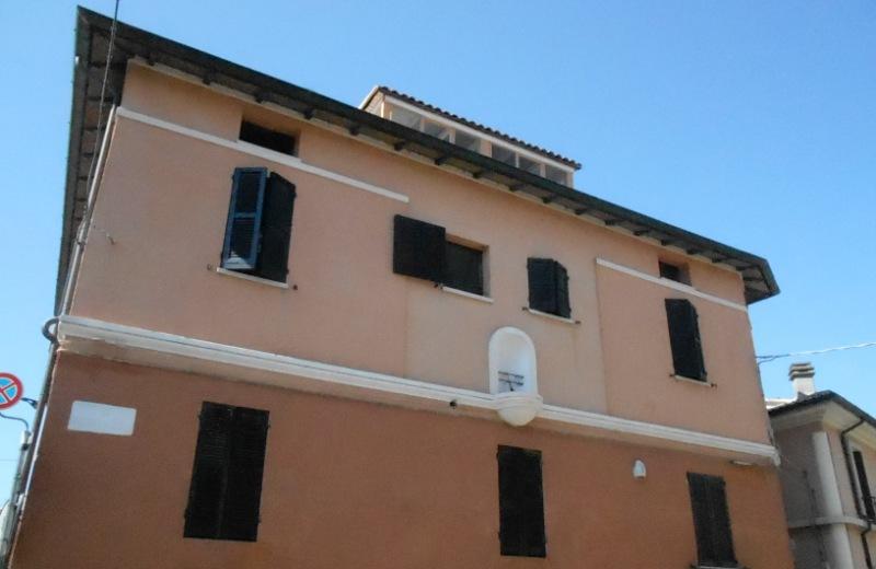 Edicola nel luogo dove sorgeva l'antica chiesa del Portone in via Federico Baroccio N 104 all'angolo con via Petrarca