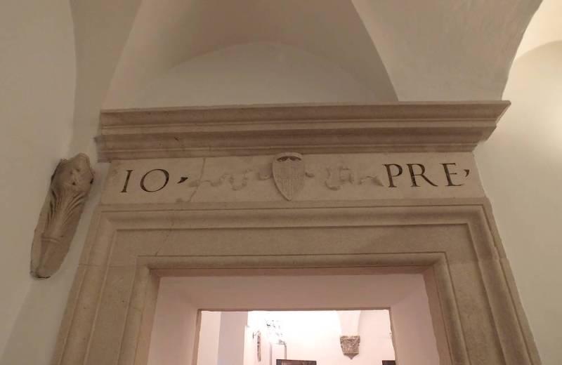 Emblema Io Pre di Giovanni Della Rovere all'interno della Rocca Roveresca