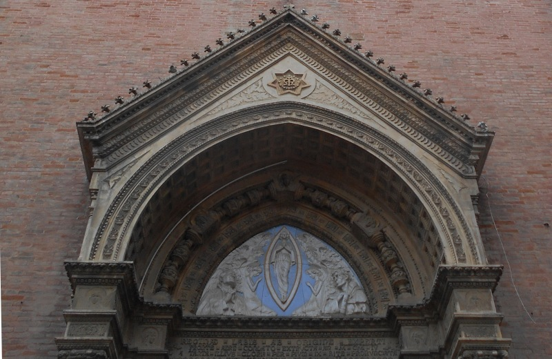 Immacolata concezione in maiolica sopra il portale della chiesa