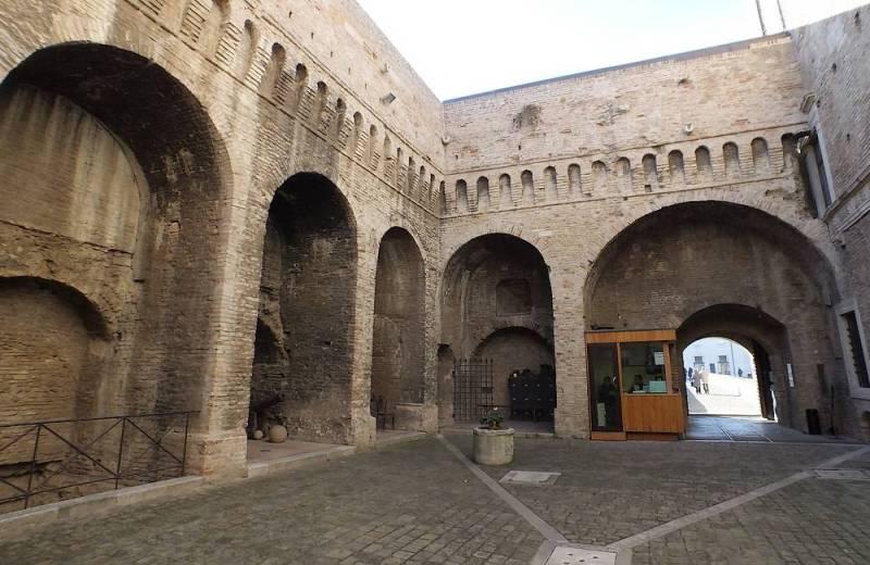 Ingresso della Rocca Roveresca di Senigallia visto dall'interno del cortile