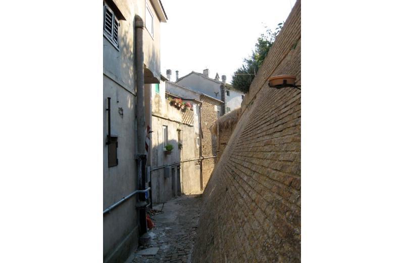 Mura del Castello di Roncitelli dietro le case del piccolo borgo che lo attornia