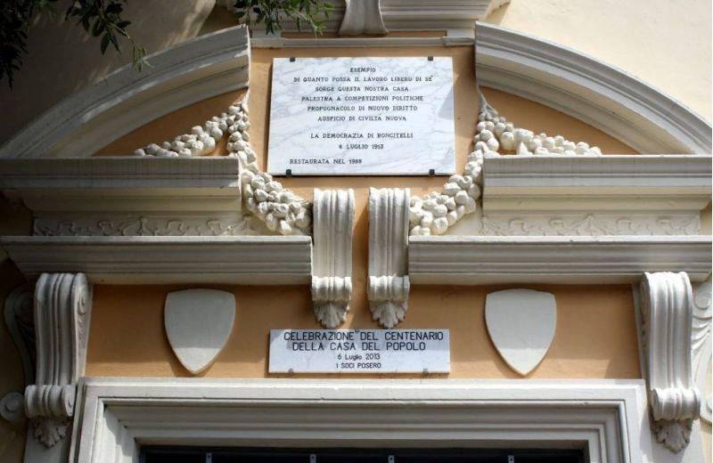 Particolare del portale della Casa del Popolo a Roncitelli di Senigallia