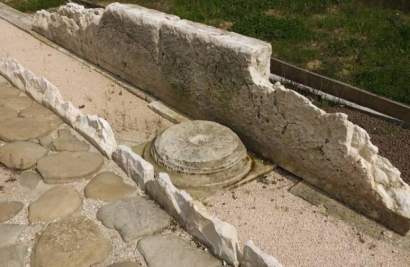 Base di colonna e lastricato nel Parco Archeologico dell'antica Città Romana di Suasa