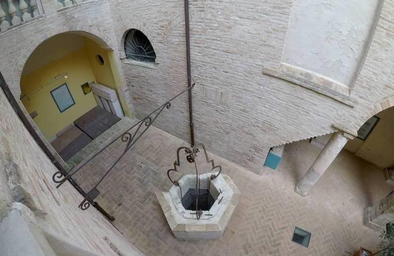 Cortile del palazzo della Rovere a Castelleone di Suasa sede del Museo Civico Archeologico Alvaro Casagrande