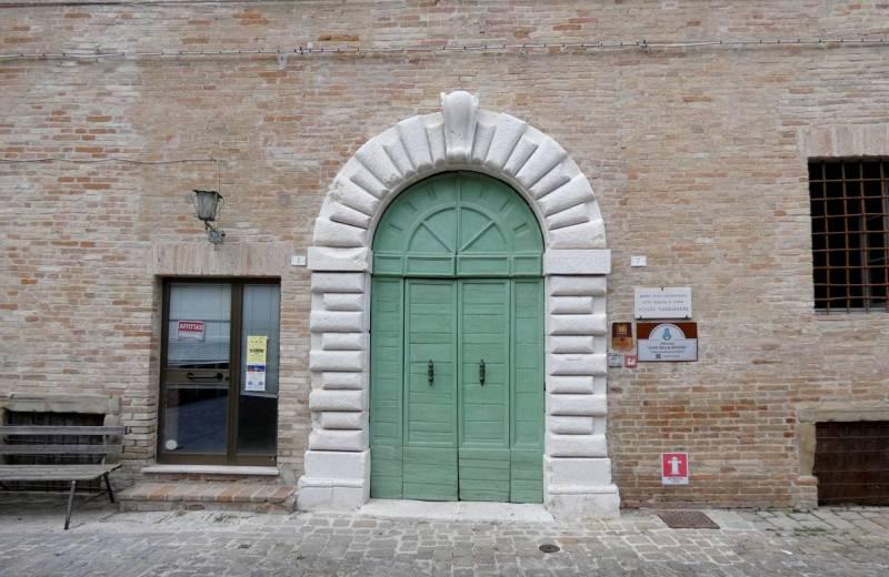 Ingresso del palazzo della Rovere a Castelleone di Suasa sede del Museo Civico Archeologico Alvaro Casagrande