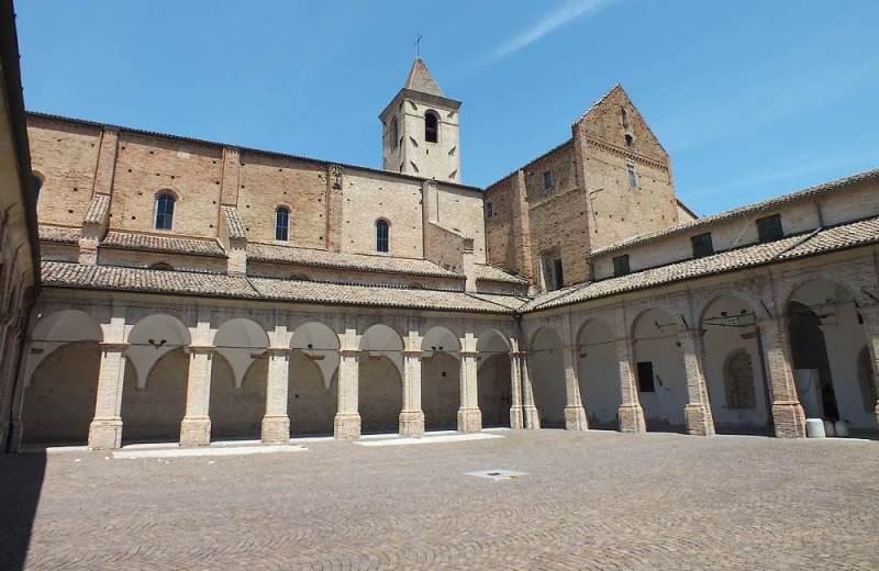 Vista dal chiostro delll'Abbazia Santa Maria di Castagnola a Chiaravalle