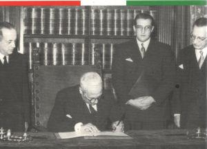 Il Capo provvisorio dello Stato Enrico De Nicola firma la Costituzione della repubblica Italiana il 27 dicembre 1947 (Ansa)