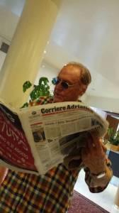 Renzo Arbore mentre legge il Corriere Adriatico a Senigallia